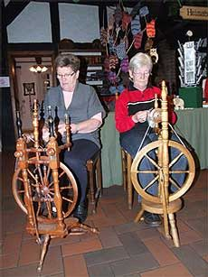 Marlies Esselmann (links) und Ingrid Ahlden haben ein traditionelles Handwerk als Hobby: Wolle spinnen